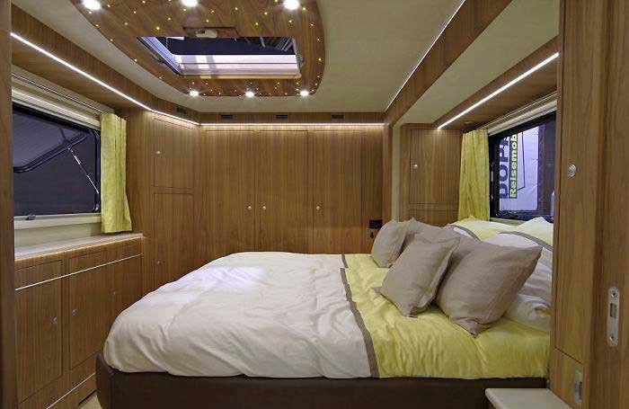 Cette maison mobile de luxe de 1,7 million de dollars dispose d'un garage intégré à l'extérieur. L'intérieur est encore meilleur.