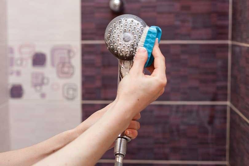 Comment enlever le calcaire sur un pommeau de douche ?